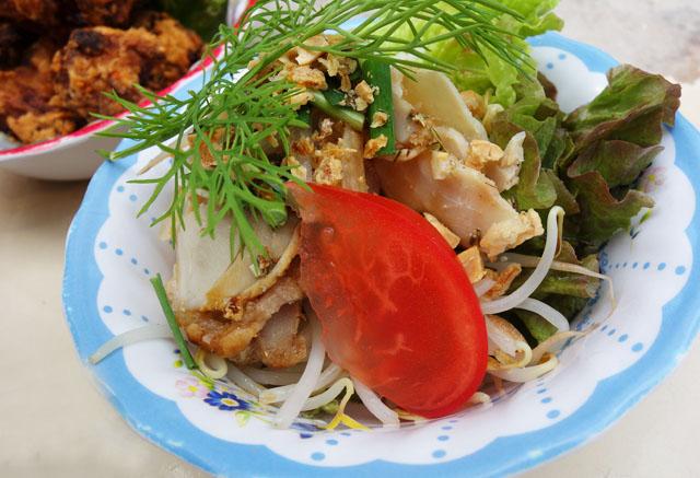 那覇壺屋ベトナム料理コムゴンのレモングラスオイルサラダ