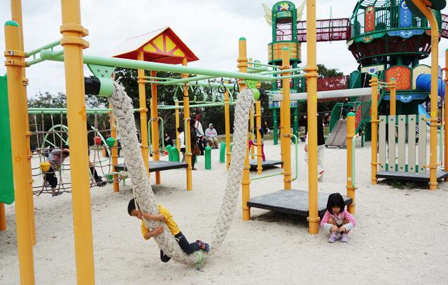 南風原の本部公園の大きいロープ遊具
