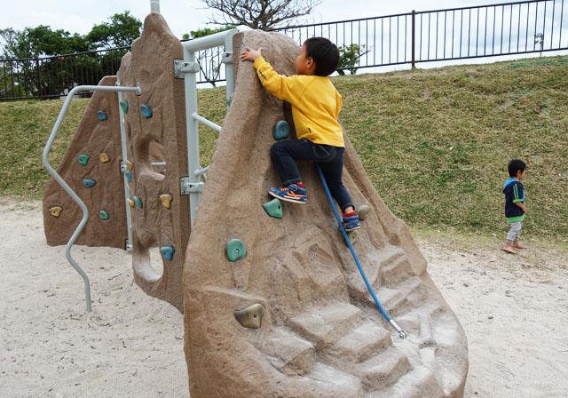 南風原の本部公園のボルダリング遊具