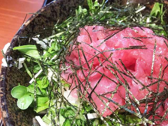 那覇・久茂地「沖縄家庭料理 まんじゅまい」の中落ちマグロ丼がとにかくめちゃくちゃ美味しかった