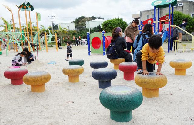 南風原の本部公園で遊ぶ男の子