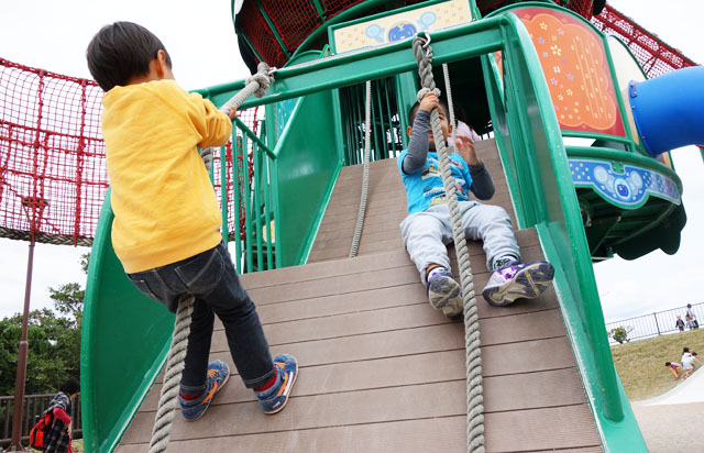 南風原の本部公園のロープ遊具