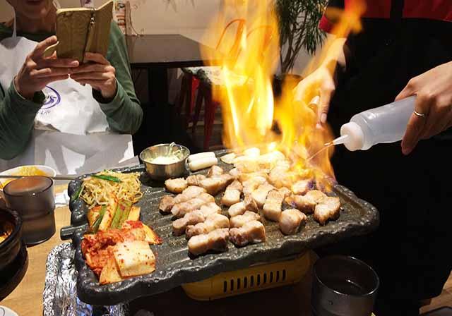 那覇市・真嘉比のソプンで本格韓国焼肉の『サムギョプサル』を食べた!ファイヤータイムあり!