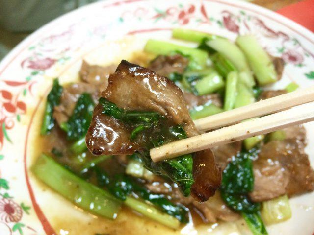 那覇・曙あけぼのラーメンの牛肉と青菜のオイスター炒めアップ