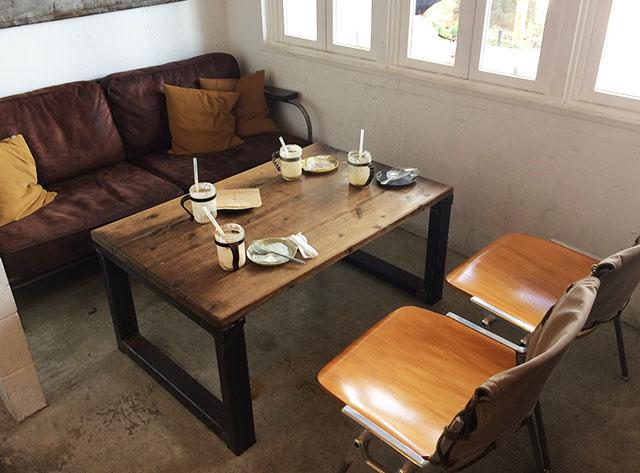 北谷ジバゴコーヒーの店内ソファー席