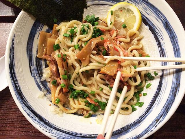 那覇前島麺屋れもん混ぜ麺を混ぜる