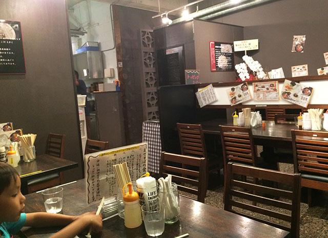 那覇前島麺屋れもんテーブル席