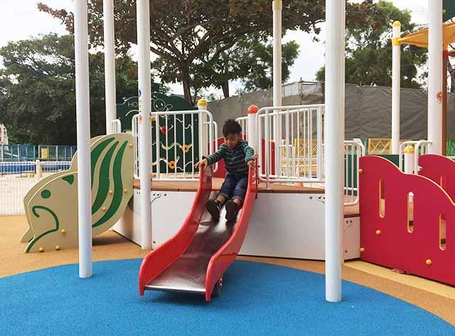 浦添大公園の新しい遊具の乳幼児向け滑り台