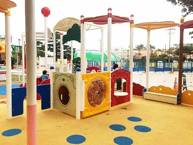 浦添大公園の新しい遊具の乳幼児向け遊具トンネル