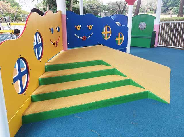 浦添大公園の新しい遊具の乳幼児向けのミニステージ