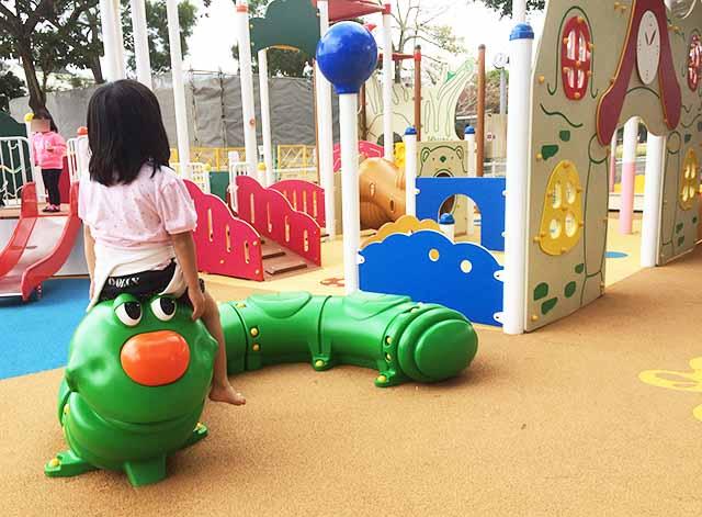 浦添大公園の新しい遊具の乳幼児向け遊具の青虫