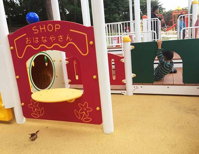 浦添大公園の新しい遊具の乳幼児向け遊具のお花屋さんごっこ
