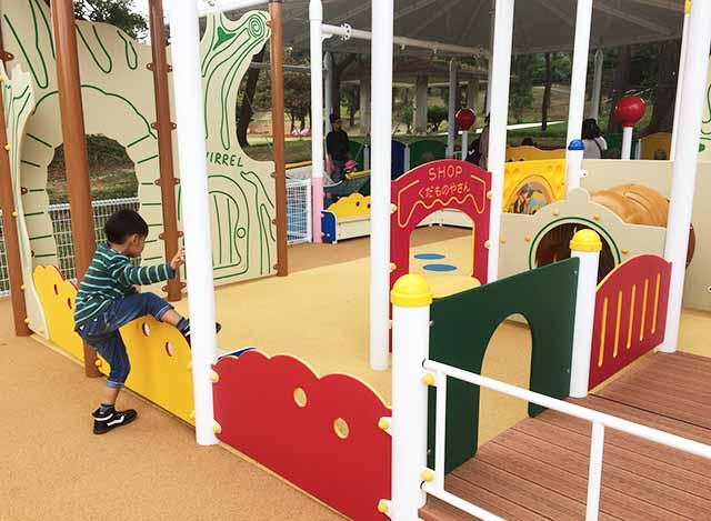浦添大公園の新しい遊具の乳幼児向け遊具で遊ぶ男の子
