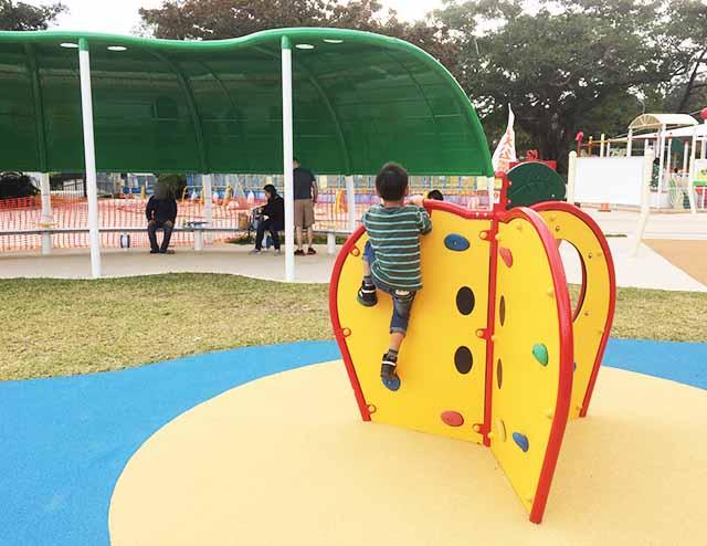浦添大公園の新しい遊具のミニボルダリング