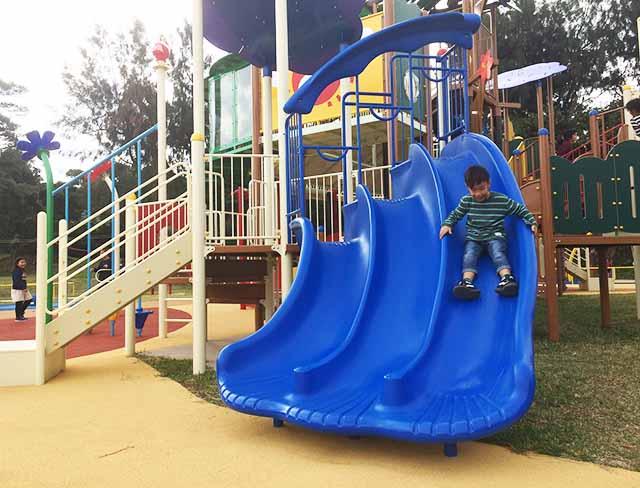 浦添大公園の新しい遊具の青い滑り台