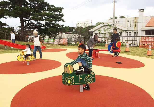 浦添大公園の新しい遊具のシーソー