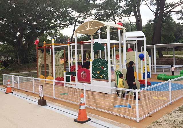 浦添大公園の新しい遊具の乳幼児向け遊具は柵で囲まれている