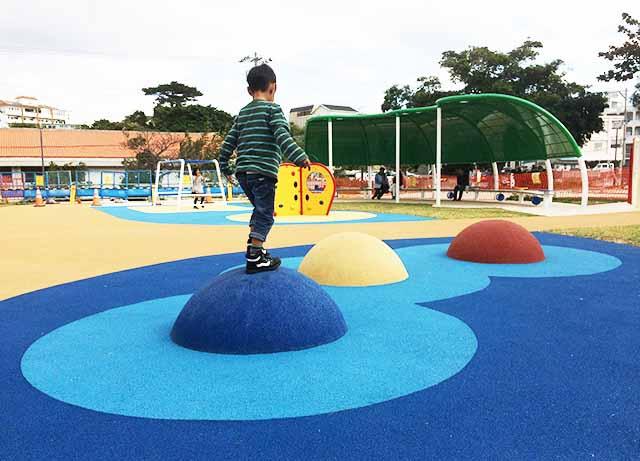 浦添大公園の新しい遊具の台で遊ぶ男の子