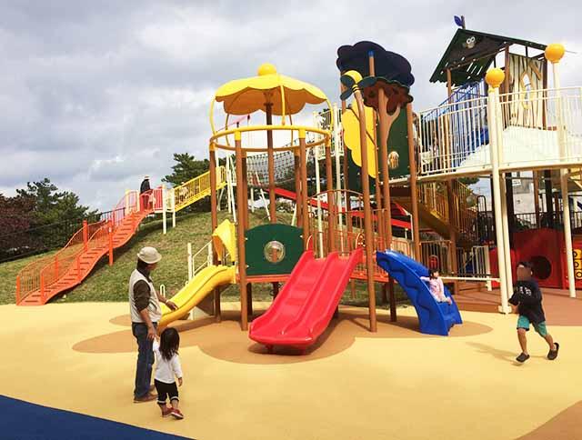浦添大公園の新しい遊具のカラフルな滑り台