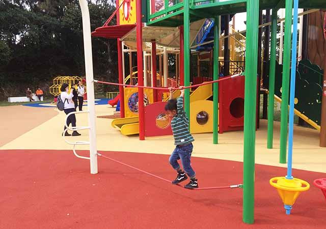 浦添大公園の新しい遊具のロープ遊具