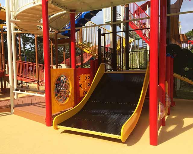 浦添大公園の新しい遊具の黒い滑り台