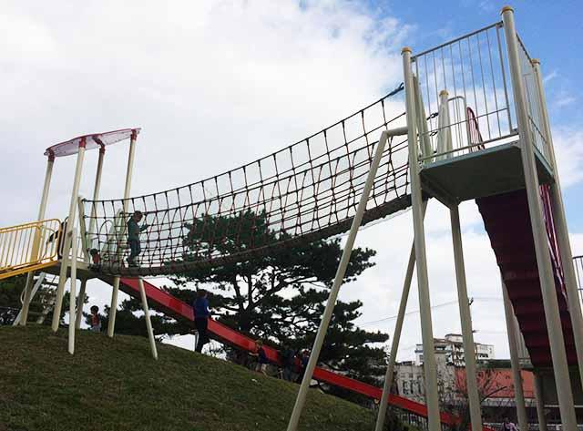 浦添大公園の新しい遊具の吊り橋を下から見た様子