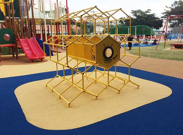 浦添大公園の新しい遊具のジャングルジム