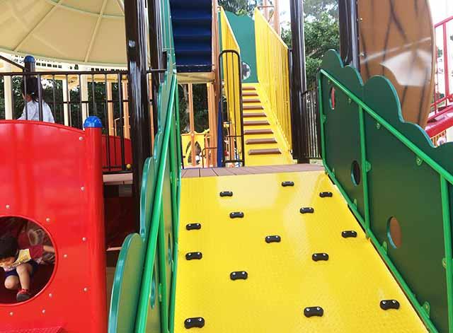 浦添大公園の新遊具のカラフルな登り道