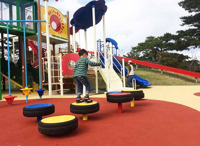 浦添大公園の新しい遊具の台で遊ぶ