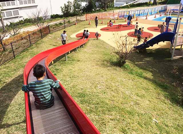 浦添大公園の新しい遊具の一番長い滑り台