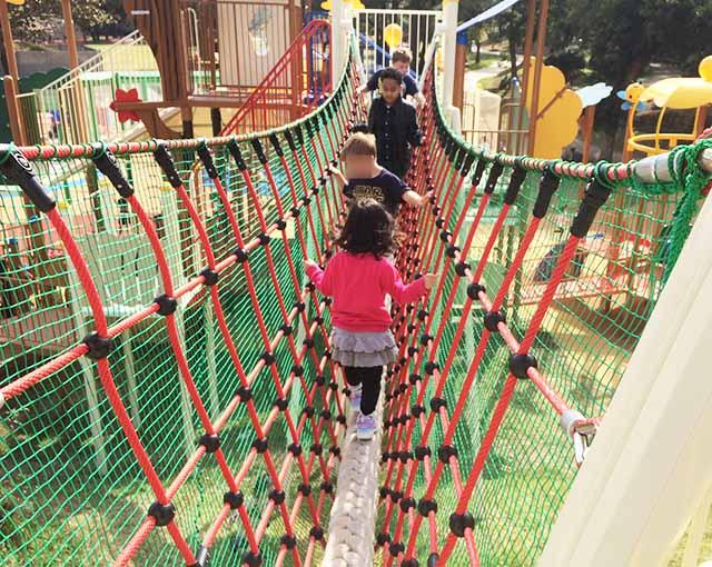 浦添大公園の新しい遊具の吊り橋