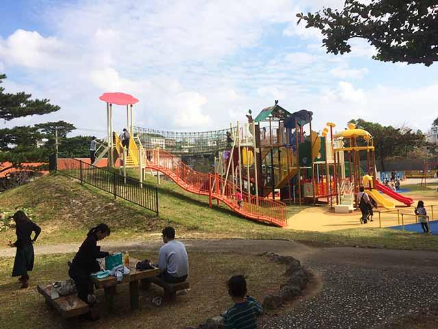 浦添大公園の新しい遊具のベンチと遊具