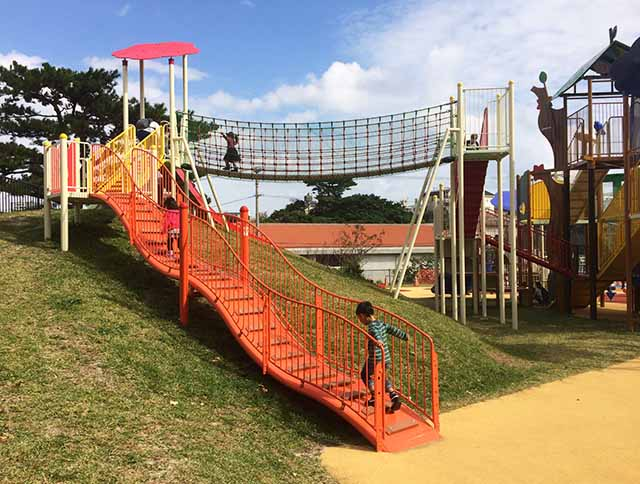 浦添大公園の新しい遊具の赤い登り台