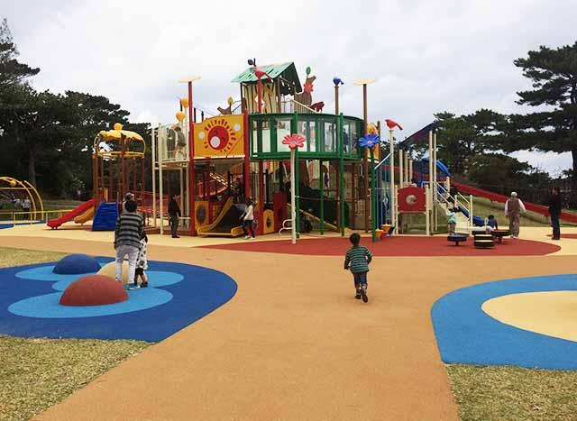浦添大公園の新しい遊具の正面写真