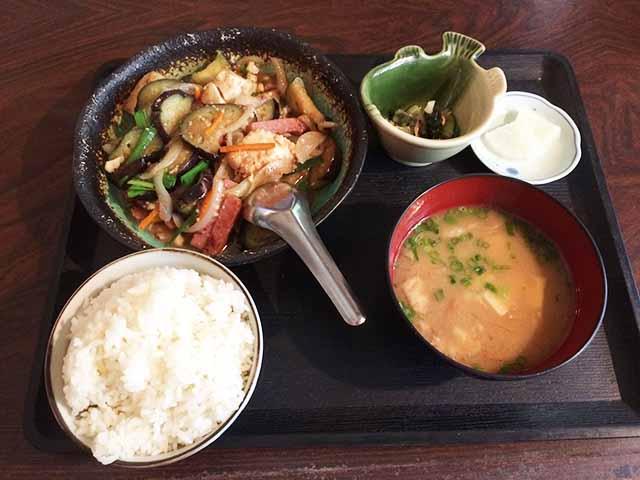 那覇・県庁前駅徒歩5分「よね屋」でランチしてきた!沖縄料理を気軽に楽しめる