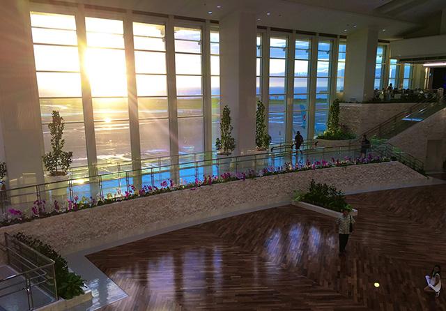 那覇空港の国際線の夕日