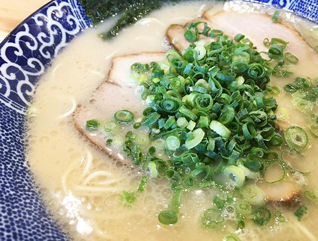 沖縄・南風原町「博多ラーメン 鶴亀堂 津嘉山店」であっさりめの塩とんこつラーメンを食べてきた