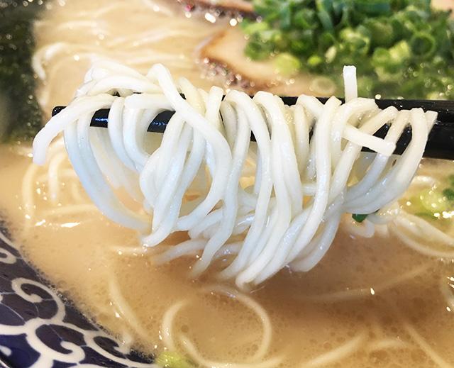 南風原津嘉山博多ラーメンの細麺