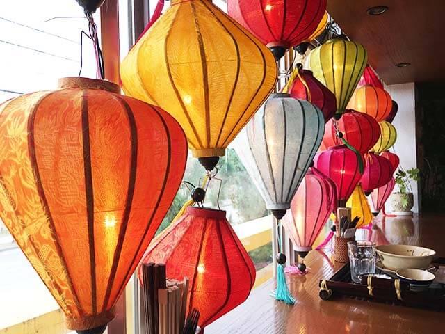 宜野湾ベトナムマーリーの窓際の装飾